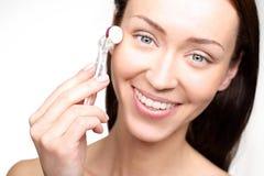 Μείωση των ρυτίδων γύρω από τα μάτια, Mesotherapy microneedle Στοκ Φωτογραφία