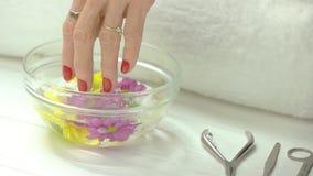 Μείωση χεριών κάτω στο λουτρό αρώματος απόθεμα βίντεο