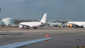 Μεγάλα αεροπλάνα αεριωθούμενων αεροπλάνων που μετακινούνται με ταξί στο διάδρομο του αερολιμένα του Μάντσεστερ απόθεμα βίντεο