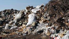 Μεγάλα απόβλητα απορρίψεων απορριμάτων με τον καπνό απόθεμα βίντεο