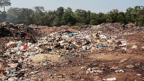 Μεγάλα απόβλητα απορρίψεων απορριμάτων με τον καπνό φιλμ μικρού μήκους
