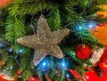 Μεγάλα αστέρια στο χριστουγεννιάτικο δέντρο στις ημέρες των Χριστουγέννων στοκ εικόνα με δικαίωμα ελεύθερης χρήσης