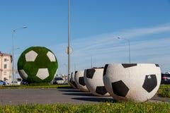 Μεγάλα βάζα με μορφή μιας σφαίρας για το ποδόσφαιρο Η γιγαντιαία πράσινη σφαίρα ποδοσφαίρου είναι η διακόσμηση της πόλης για το Π στοκ φωτογραφίες