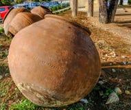 Μεγάλα βάζα pythari που εγκαταλείπονται στο υπαίθριο σταθμό αυτοκινήτων σε Omodos, Κύπρος Στοκ Εικόνα