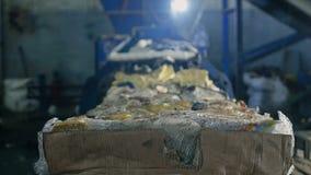 Μεγάλα δέματα των πιεσμένων απορριμμάτων από το έγγραφο και πλαστικά μπουκάλια σε εγκαταστάσεις ανακύκλωσης, βιομηχανία, μέσα στοκ φωτογραφία με δικαίωμα ελεύθερης χρήσης