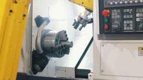 Μεγάλα κίτρινα βιομηχανικά συνδέοντας μέρη μηχανών στα μηχανήματα indystry απόθεμα βίντεο