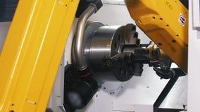 Μεγάλα κίτρινα βιομηχανικά συνδέοντας μέρη μηχανών απόθεμα βίντεο