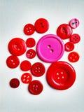 Μεγάλα και smal κόκκινα κουμπιά στο wihte στοκ φωτογραφία με δικαίωμα ελεύθερης χρήσης