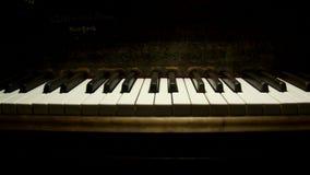 Μεγάλα κλειδιά πιάνων που περιμένουν να παιχτεί απόθεμα βίντεο