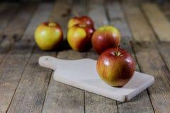 Μεγάλα κόκκινα μήλα σε ένα σκοτεινό ξύλινο κιβώτιο Ξύλινα κλουβί και μήλα επάνω Στοκ Φωτογραφίες