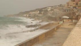 Μεγάλα κύματα που καταβρέχουν στο rainny και θυελλώδη καιρό αποβαθρών θάλασσας απόθεμα βίντεο