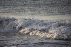 Μεγάλα κύματα που συντρίβουν στην ακτή Καλιφόρνιας Στοκ εικόνα με δικαίωμα ελεύθερης χρήσης