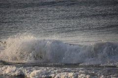 Μεγάλα κύματα που συντρίβουν στον ωκεανό σε Santa Barbara Στοκ Φωτογραφίες