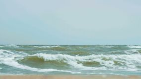 Μεγάλα κύματα στη θάλασσα στον ηλιόλουστο καιρό φιλμ μικρού μήκους