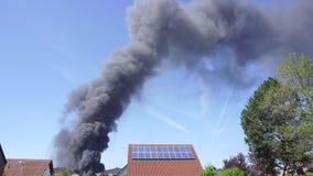 Μεγάλα μαύρα σύννεφα καπνού, πυρκαγιά στην πόλη φιλμ μικρού μήκους