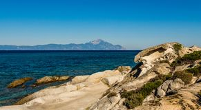 Μεγάλα μπλε θάλασσα και βουνό Athos Στοκ Φωτογραφία