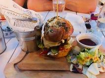 Μεγάλα νόστιμα Burger βόειου κρέατος τρόφιμα στοκ φωτογραφία με δικαίωμα ελεύθερης χρήσης