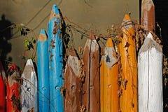 Μεγάλα ξύλινα χρωματισμένα μολύβια που κεντιούνται με τα διακοσμητικά σταφύλια Στοκ φωτογραφία με δικαίωμα ελεύθερης χρήσης