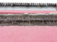Μεγάλα παγάκια που κρεμούν από έναν σωλήνα στη φύση Στοκ εικόνα με δικαίωμα ελεύθερης χρήσης