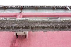 Μεγάλα παγάκια που κρεμούν από έναν σωλήνα στη φύση Στοκ φωτογραφία με δικαίωμα ελεύθερης χρήσης