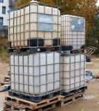 Μεγάλα πλαστικά ενισχυμένα χάλυβας εμπορευματοκιβώτια που χρησιμοποιούνται για την αποθήκευση του νερού στοκ φωτογραφία