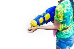 Μεγάλα πυροβόλα όπλα νερού λαβής γυναικών για τον ψεκασμό νερού το κόμμα νερού στο παραδοσιακό ταϊλανδικό νέο έτος Songkran στοκ φωτογραφία