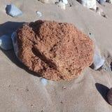 Μεγάλα ριγωτά πέτρα βράχου & πλαίσιο υποβάθρου άμμου στην παραλία Στοκ φωτογραφίες με δικαίωμα ελεύθερης χρήσης