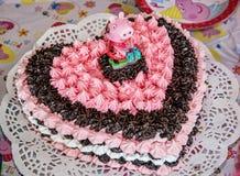 Μεγάλα σοκολάτα γενεθλίων και κέικ αφρού με το χοίρο ζάχαρης Στοκ εικόνες με δικαίωμα ελεύθερης χρήσης