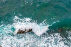 μεγάλα σπάζοντας κύματα α&k Κύματα και άσπρος αφρός Παράκτιες πέτρες επάνω από την όψη Το θαλάσσιο υπόβαθρο είναι πράσινο Στοκ Εικόνες