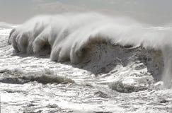 Μεγάλα σπάζοντας κύματα Στοκ Εικόνες