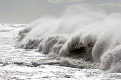 Μεγάλα σπάζοντας κύματα Στοκ φωτογραφία με δικαίωμα ελεύθερης χρήσης