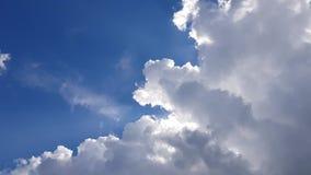 Μεγάλα σύννεφα ενάντια σε έναν μπλε ουρανό απόθεμα βίντεο