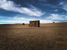Μεγάλα τετραγωνικά δέματα του αχύρου στο καλλιεργήσιμο έδαφος στοκ φωτογραφίες με δικαίωμα ελεύθερης χρήσης