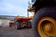 Μεγάλα φορτηγά απορρίψεων σε ένα λατομείο κατά τη λειτουργία Στοκ εικόνα με δικαίωμα ελεύθερης χρήσης