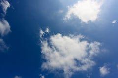 Μεγάλα χνουδωτά σύννεφα υψηλά στον ουρανό Ο ήλιος λάμπει μέσω των σύννεφων Στοκ Εικόνες