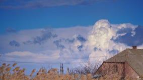 Μεγάλα όμορφα σύννεφα πίσω από το σπίτι στην Κριμαία απόθεμα βίντεο