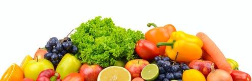 Μεγάλα ώριμα φρούτα και λαχανικά σωρών που απομονώνονται στο λευκό για το σας Στοκ εικόνα με δικαίωμα ελεύθερης χρήσης