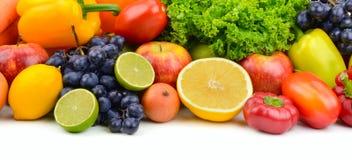 Μεγάλα ώριμα φρούτα και λαχανικά σωρών που απομονώνονται στο λευκό Στοκ φωτογραφία με δικαίωμα ελεύθερης χρήσης