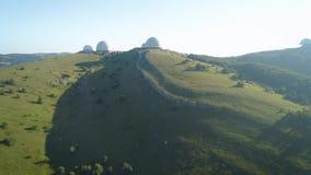 Μεγάλες άσπρες σφαίρες στο βουνό Παρατηρητήριο στη Ρωσία Χρησιμοποιημένος για να μετρήσει τον καιρό και τη ραδιοπλοήγηση απόθεμα βίντεο