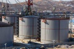 Μεγάλες ασημένιες δεξαμενές για την αποθήκευση των πετρελαιοειδών στο ύπαιθρο στοκ φωτογραφία με δικαίωμα ελεύθερης χρήσης