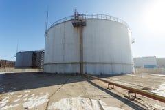 Μεγάλες ασημένιες δεξαμενές για την αποθήκευση των πετρελαιοειδών στο ύπαιθρο στοκ εικόνες