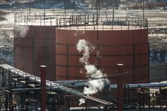 Μεγάλες ασημένιες δεξαμενές για την αποθήκευση των πετρελαιοειδών στο ύπαιθρο στοκ εικόνα