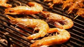 Μεγάλες γαρίδες που μαγειρεύονται σε μια σχάρα απόθεμα βίντεο