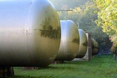 Μεγάλες δεξαμενές για την αποθήκευση του αερίου μεθανίου σε μια βιομηχανική περιοχή Στοκ εικόνα με δικαίωμα ελεύθερης χρήσης