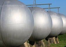 Μεγάλες δεξαμενές για την αποθήκευση του αερίου μεθανίου σε μια βιομηχανική περιοχή Στοκ Φωτογραφία