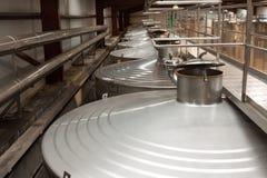 Μεγάλες δεξαμενές μετάλλων για τη ζύμωση του εργοστασίου κρασιού στοκ εικόνα