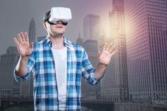 Μεγάλες ευκαιρίες για ένα πρόσωπο στα γυαλιά εικονικής πραγματικότητας Στοκ εικόνα με δικαίωμα ελεύθερης χρήσης