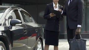Μεγάλες οδηγίες αναχώρησης επιχείρησης κύριες στο γραμματέα πρίν πηγαίνει στο επαγγελματικό ταξίδι φιλμ μικρού μήκους