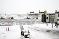 Μεγάλες οργώνοντας μηχανές χιονιού στην εργασία σε έναν αερολιμένα Κρύα χιονώδης ημέρα Στοκ φωτογραφία με δικαίωμα ελεύθερης χρήσης