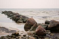 Μεγάλες πέτρες θάλασσας στον κόλπο Στοκ Εικόνες